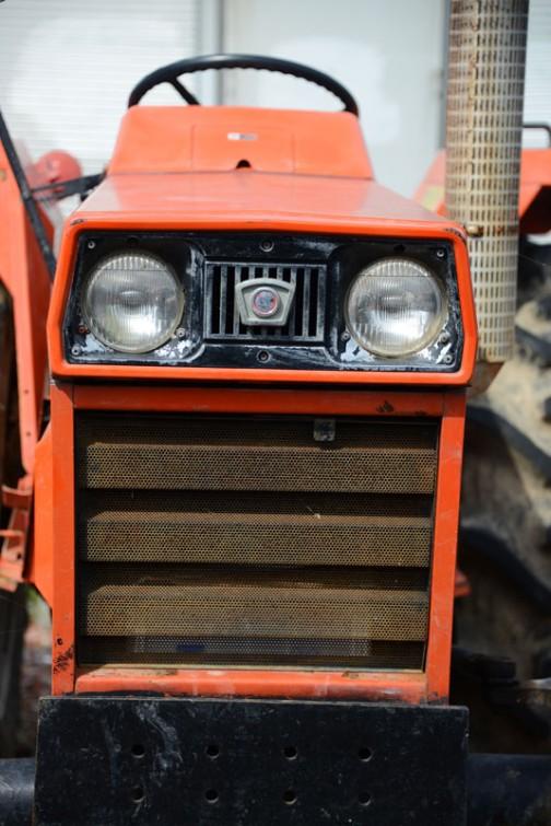 もういちいち言いませんが(言ってるじゃん!)これも傾いてる・・・日の本E324です。農研機構の登録サイトには1979年にE394というのが登録されているので大体年式は1979〜と考えて良いのではないでしょうか。その依頼者は株式会社 日立建機ティエラとなっています。tractordata.comによると1979年 - 1982年で東洋社3気筒1.5L.32.馬力ディーゼルエンジンを搭載していたとあります。
