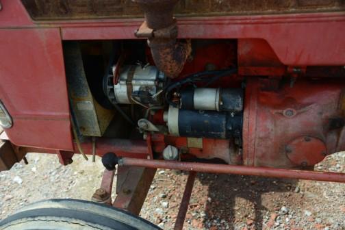 対してTS2400の電装品。TS2810はいすゞのエンジンでした。こちらは・・・オルタネーターもスターターモーターも同じ形です。もしかしたらこれもいすゞエンジンかもしれませんね。