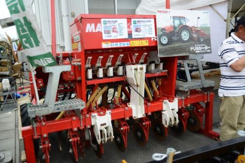 MASCAR施肥機 FDJ2508 価格¥1,371,600 ドリルシーダーとの組合わせで同時施肥を実現 適応トラクタ馬力 80PS〜 作業幅250cm 8条/31.2cm  MASCARドリルシーダー ARIZONA2516D 価格¥3,138,480 適応トラクタ馬力 65PS〜