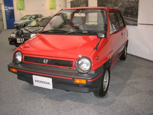 1981年発売のホンダ・シティ。色も赤だし、なんとなーくイメージが似てます。