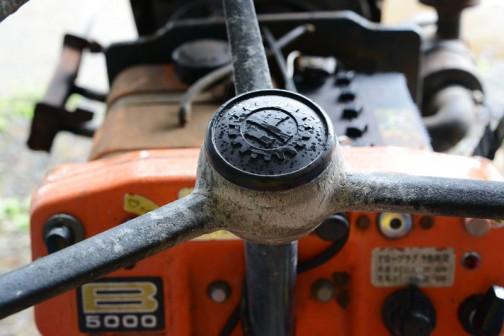 すごくしゃきっとしたクボタの歯車マーク。反対にハンドル本体のほうは紫外線でボロボロ。