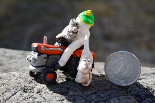 キカイ探検隊の面々、ボクとシラタマとノラ。ボクはマッセイファーガソンMF135に乗ってる。足が痛いと言ったノラを抱きかかえてやったら、シラタマが妬いて僕も乗せて乗せて!といっているところ。