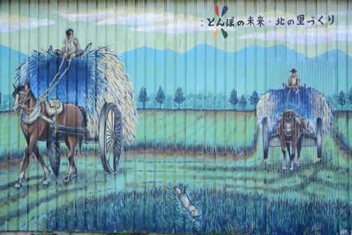 その歴史館の外壁には絵が描かれています。なんでも学生さんが無償で当時のイメージを描いてくれたのだそうです。