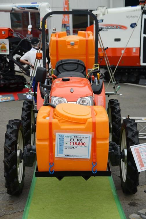 前から・・・クボタJB13XSHC(ハイクリ)+フロントタンクでしょうか 広洋エンジニアリング FT-100 価格¥118,800 ★フロントタンク容量 100L ★脱着 ピン方式(4本)
