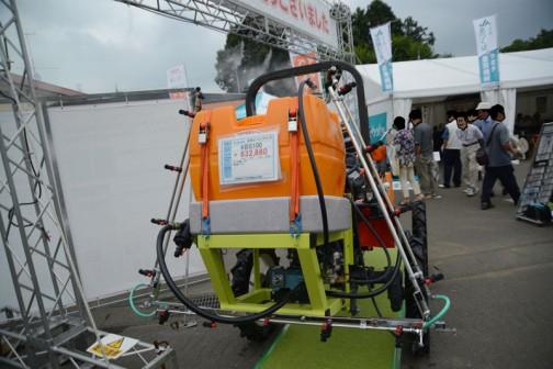 後ろから・・・クボタJB13XSHC(ハイクリ)+広洋エンジニアリング KBS100 価格¥632,880 ★タンク容量 100L ★散布幅 5.5M