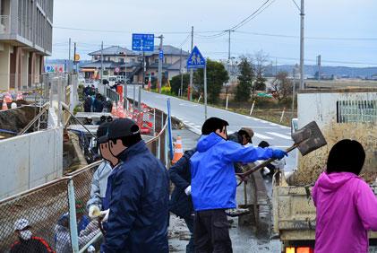 これは山崎地区の水路の泥上げ。