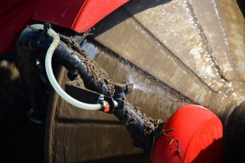 これならローターに土がつかないし、畦もピカピカになりますよね。乾いた土でも出来そうです。水の量は調整できるのかな?