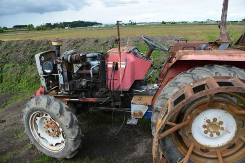 農研機構のサイトで調べてみると、シバウラSF1040Tの登録は1979年。スペックはtractordata.comによればシバウラ4.6L4気筒ターボディーゼル105馬力。1040Tの「T」はTURBOの「T」。そして末尾の40は4WDを表しているようです。