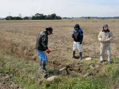 それからこれは蛇口が取付けられ、ポンプも動いたところで、資源向上活動の「暗渠施設の清掃」にあたるでしょうか・・・水が滞留していた冬期間にパイプのそこに泥が沈殿してしまうため、その泥を水の圧力で外に出すことができるようバイパスが設けられています。そのバイパスのバルブを開けて泥を外に出します。初め真っ黒な泥水がドウドウと出てくるのですが、そのうち白い水になるので、そこで泥掃き終了。