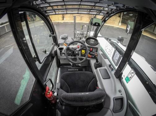こちらは「シオマネキ思想」の片持ちスキッドステアローダー(ボブキャット=Bobcat)の運転席の写真。中から見るとごくごく普通です。「シオマネキ思想」は運転者優先の思想だったのです。