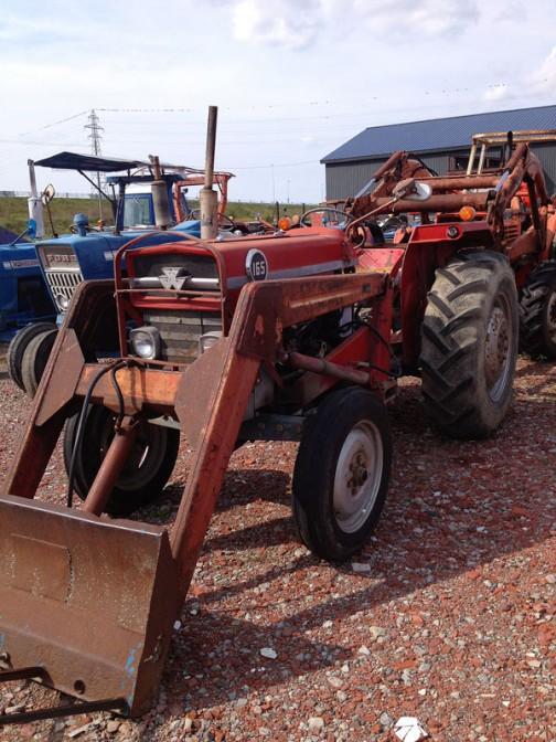 MF165は、tractordata.comによると1964年〜1975年。58馬力。もはやおなじみの顔ですよね。