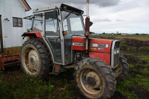マッセイファーガソンMF362は、tractordata.comによると1988年〜1997年、エンジンは3.9リッターPerkins A4.236型4サイクル4気筒ディーゼル、62馬力/2200rpmとなっています。