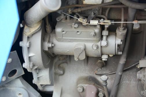 調べた限りにおいて、マッセイファーガソンMF382は1992年〜1997年、エンジンはパーキンスA4.248 水冷4気筒4060ccディーゼル、馬力はグロスで78.05HP/2200rpmとなっていました。