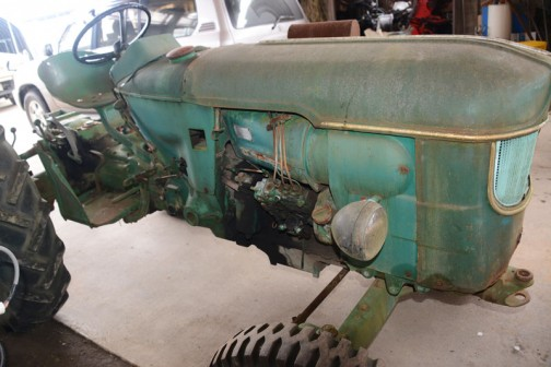 今日はこの写真から。tractordata.comによればDEUTZ D4505は1965年〜1967年。空冷3気筒2.6リッターディーゼル、40馬力/2300rpm。