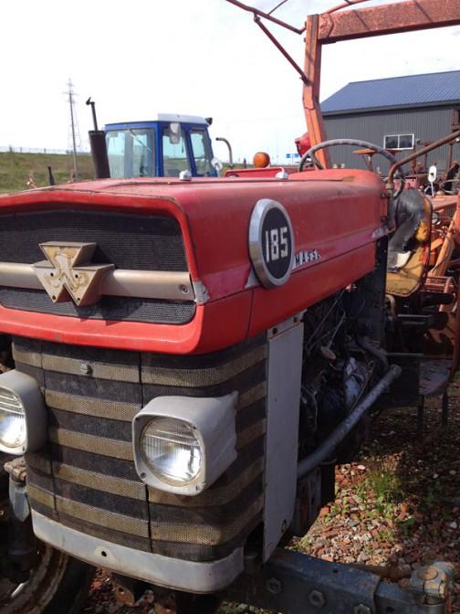 まずはマッセイファーガソンMF185。tractordata.comによれば1971年〜1979年。4.1リッターパーキンスA4.248水冷4サイクル4気筒ディーゼル75馬力/1300rpm。