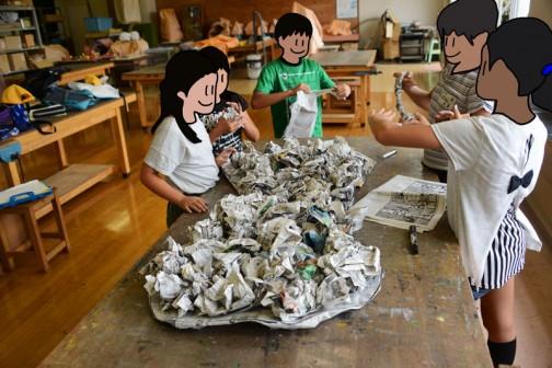 ベースは新聞紙。それに丸めた新聞紙を敷き詰め、また新聞紙を重ねる、小学生的ハニカム構造。