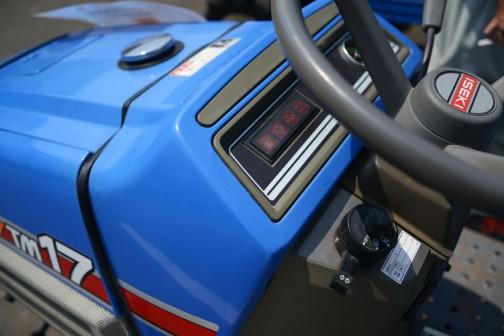 ヰセキTM17F。型式名と販売名が違うヰセキは年式や何やらを調べるのが非常に大変。比較的新しい機種なので、ヰセキのHPに取説がありました。そこで型式名がT0294ということが判明。1995年農研機構登録で、水冷4サイクル3気筒ディーゼル、1006cc16.5馬力/2500rpmということがわかりました。