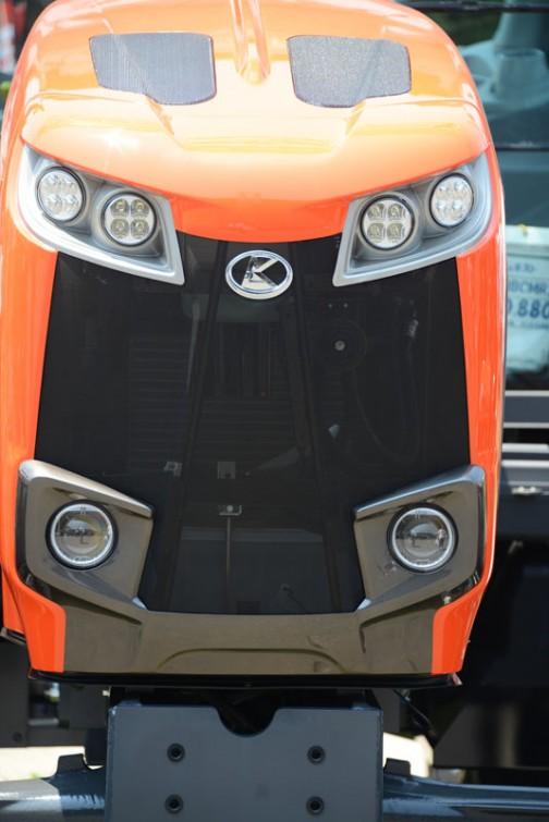 こちらはクボタ新型トラクターM115GEの顔アップ。こうやって見るとM7シリーズに比べて少しだけ下膨れな感じ。それと、LED化された目は細めでつり上がって見えます。でも、ほぼ同じ顔にしようという意図は十分感じられます。