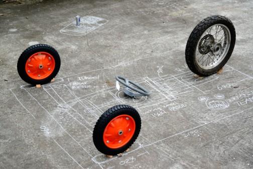 そんなこんなで地面に書いたチョークの上にタイヤを配置してみます。