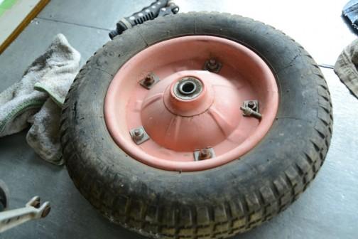 それから使おうと思った部品を研究。一輪車、ネコさんのタイヤを使おうとしてるのですが、どういう構造なのかバラして研究します。