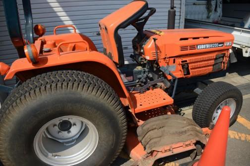 tractordata.comによると、B8200HST(4WDなのでB8200HST-D)は1983年〜1990年、水冷3気筒0.9L19馬力/2600rpmとなっています。当時の価格は四駆のHST(B8200HST-D)で$11,400 。
