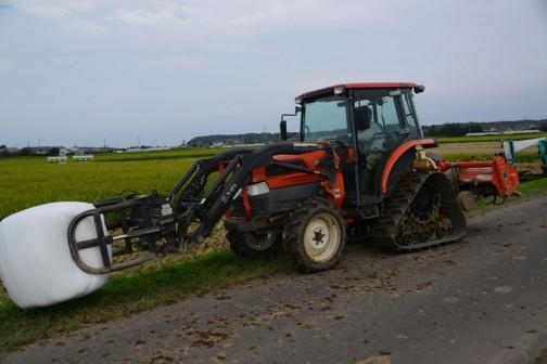 飼料稲は稲だったら「実」の部分であるお米だけでなく、葉や茎も利用するので普通の稲刈りより季節的に早く、暑い季節から稲刈りが始まります。これが結構過酷なわけですが、今年はファン付きの空調服をみな着用していたんです。