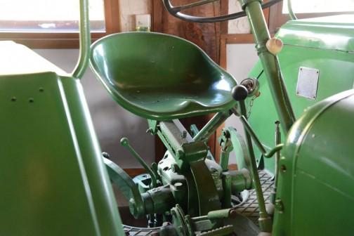 LANZブルドッグD2016  機種名 ランツブルドッグトラクタ 形式・仕様 D2016 20馬力 製造社・国 ランツ社 ドイツ 導入年度 1958年(昭和33年) 使用経過 北海道佐呂間町栄の酪農家 芝静二郎購入。輸入販売元は、札幌市三国商行株式会社が扱っていた。プラウ、ディスクハロー、モアー付で120万円で購入、酪農にはなくてはならないものとして大活躍した。  その後人の手に渡り、平成二年伊藤が譲り受け保存していた。
