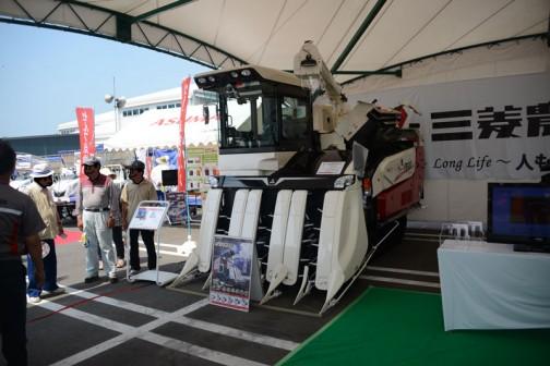 去年は展示されていなかった、もしくは写真を撮っていなかった、三菱6条刈りコンバイン V6120XJM 価格¥16,556,400
