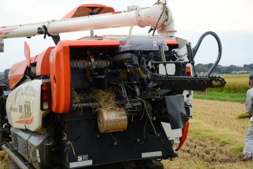 その武器とは、わらづと【藁苞】納豆を作るための「藁」を取るための機械。コンバインの後ろに付いているのがそれと思われます。思われます・・・というのは、動いているところを見られなかったんです。(あまり調子が良くなかったみたい)