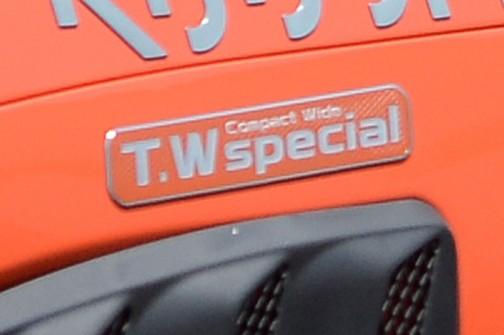 横に付いているプレートを拡大すると、T.W specialと読めます。なんだろう・・・調べても出てきません。細かい文字はコンパクトワイドと読めそうです。