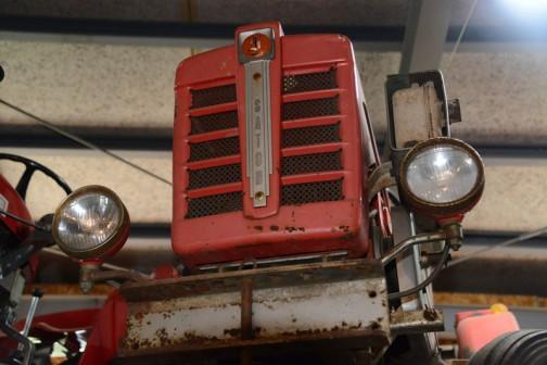 佐藤造機といえば白いトラクターじゃなかったの? と思いましたが、土の館などで見てもトラクターが出始めの頃は「トラクターといったら赤」なイメージ。きっとそれに合わせたのじゃないかなぁ・・・と思います。昭和40年の頃だそうですけど、型番というか名前がMY CAR 140というのが興味深いです。
