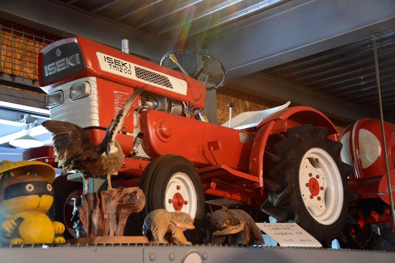 ヰセキトラクター(小型乗用耕耘機)TM1200 1962年のものだそうです。でも、写真はこれ一枚。詳報できないのが残念です。