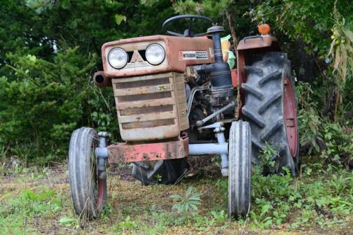 三菱トラクターR2500Gです。tractordata.comによれば1970年〜1975年製造。車体のプレートによると、1192cc2気筒ディーゼル25馬力/2700rpmです。