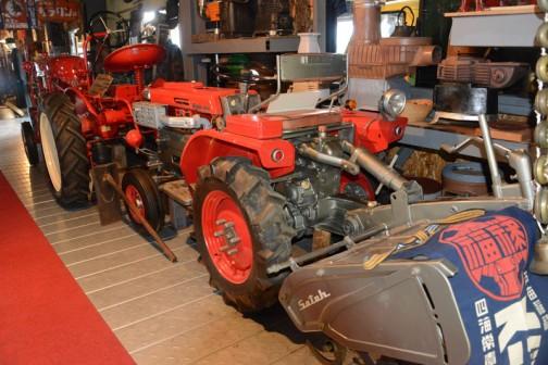 今日は北海道でhokkaidoujinの案内でandoさんと見た私設博物館所蔵、サトー(佐藤造機?)の赤いトラクター、(トラクターというよりは乗用耕耘機に近いかもしれません)MY CAR140「撮りトラ」です。