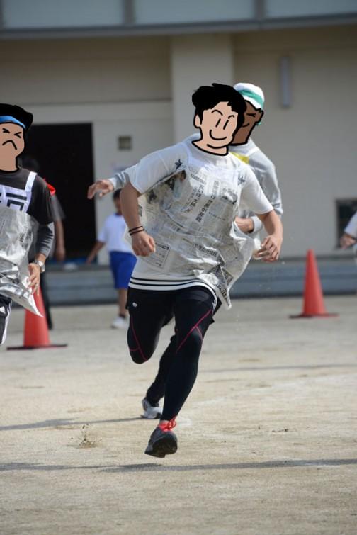 それから、競技名忘れてしまったけど、新聞紙をバトン代わりに手を使わないで運ぶリレー。この人は速いからちゃんと体にはり付いてますけど、スピードが足りない人は手でおさえて走るしかないみたいでした。