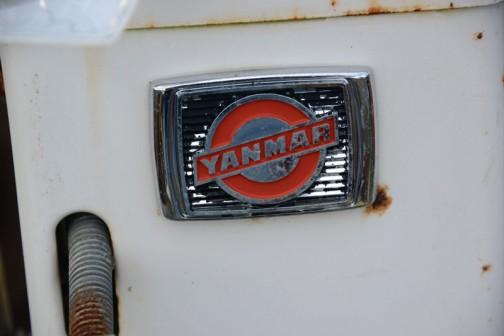 1977 年6月には業界初の乗用田植機として6条植のYP6000 を発売。植付状態を確認しながら作業ができるよう運転席の前方に植付機を設けた前植式を採用し、植付けた苗を後輪が踏みつけないよう胴体屈折機構を搭載していた。