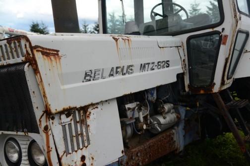 tractordata.comによれば、ベラルーシMTZ-82は1975年〜1977年ベラルーシのミンスク生まれ。水冷4気筒4.7Lディーゼル80馬力/2200rpm。MTZ-80が二駆で、MTZ-82が四駆のようです。僕が見たMTZ-82Sは(エス)は載っていなかったのですが、スペシャルのSかなあ・・・