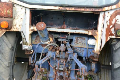 tractordata.comによれば、ベラルーシMTZ-82は1975年〜1977年ベラルーシのミンスク生まれ。水冷4気筒4.7Lディーゼル80馬力/2200rpm。MTZ-80が二駆で、MTZ-82が四駆のようです。