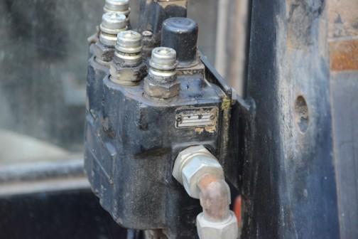 上の写真では左側下に見える箱。油圧のコントロールバルブでしょうか?