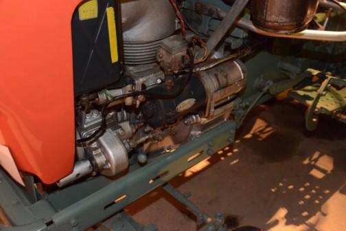 エンジン脇の濃い色の円筒(セルモーターかなあ)は三菱電機製。