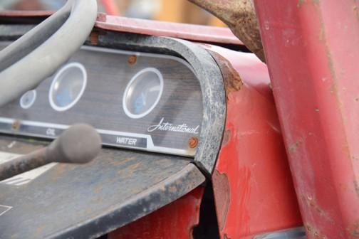 昭和42年12月、インターナショナル製品を販売するため、「富士小松ロビン株式会社」ができ、そのわずか2年と半月後、昭和45年6月にはなくなってしまったという、小松ロビン株式会社のコマツインターナショナル総合?カタログによれば、コマツインター232はミッション前進6段後進2段、水冷2気筒ディーゼル1217cc、23馬力/2200rpmでした。