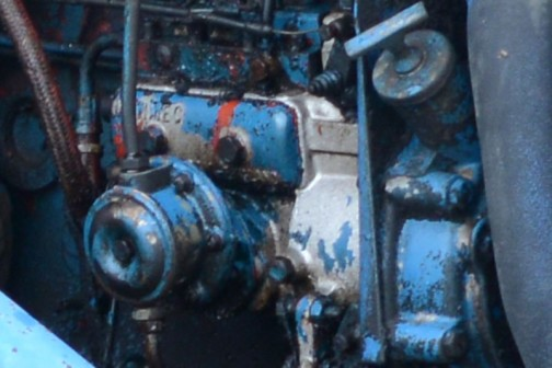 フォード5000は、ウィキペディアによると1964年から1979年まで製造。tractordata.comでは1965年〜1976年、この機体は4気筒のディーゼルエンジンが載っています。*「tractordata.comによると馬力は69馬力となっていますが、これは4気筒3.8Lガソリンの馬力で、4気筒3.8Lディーゼルの馬力はわかりません。」と、昨日書きましたが、69馬力はディーゼルの馬力であるとの指摘を受けています。