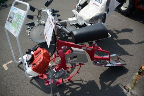 乗用溝切機 のるたん です。これは田面ライダーV3と違ってエンジンが前にあるタイプ。