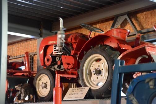 近くで見たかったのですが、高いところのあったので写真が2枚しかありません。キャプションには、ヰセキ乗用耕耘機 TR−1 8馬力 1964年(昭和39年) とあります。