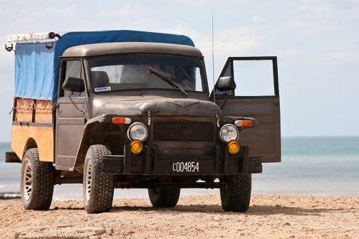 Rastrojeroラストロヘーロとでも読むのでしょうか。アルゼンチンの技術者ラウル・ゴメス ( ロザリオ、アルゼンチン 、1924〜2014年) とフェリックス・サンティアゴ・サンギネッティによってデザインされたピックアップトラック ( タクシーも開発された)だそうです。コイツがダカールを走っているという話が一番引っ掛りました。