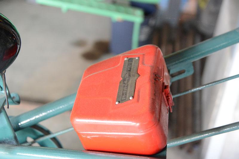 一番気になったのがこの箱。工具箱でしょうか。ぴったりと左右のハンドルの間にできるスキマに寄り添った愛せるかたち。真鍮のエッチングによる銘板もステキです。こういう部分、「持つヨロコビ」をくすぐるところですよね!