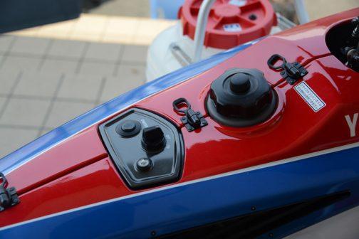 メインスイッチとスターター、それから目に入ると撮らずにはいられない燃料タンクキャップ。タンクキャップの脇には「2サイクルエンジンオイル混合燃料は使用できません」と書いてあります。