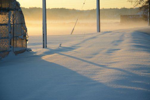ちょうど日の出の時刻です。バージンスノーに朝日が当たっています。