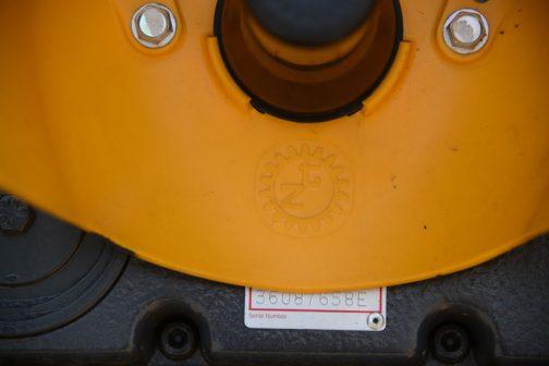 この黄色いカバーにも歯車にZTマーク。
