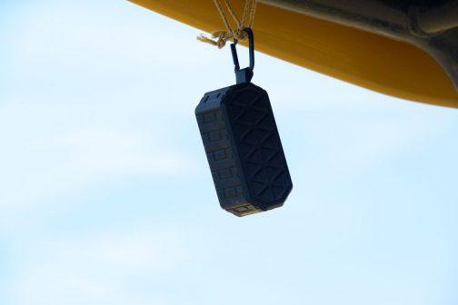 聞くと防水のBluetoothだそうです。ポケットのスマホから飛ばしているそう・・・ナイスアイディア!